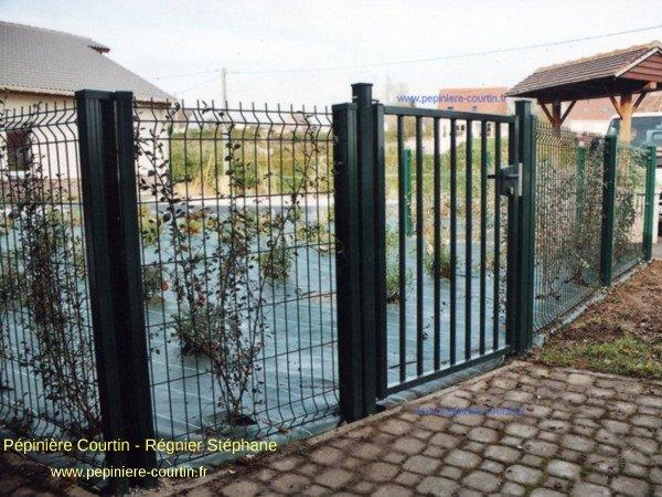 clôture grillagée rigide et portail métallique