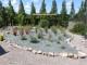 ardoises bordées de grès et d'arbustes