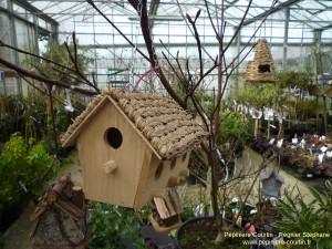 pendant l'ouverture le dimanche : vous pourrez voir l'intérieur de la jardinerie comme des nichoirs à oiseaux suspendus à un arbuste