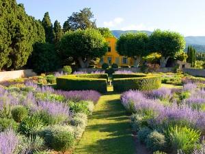 un jardin à la française avec ses parterres fleuris